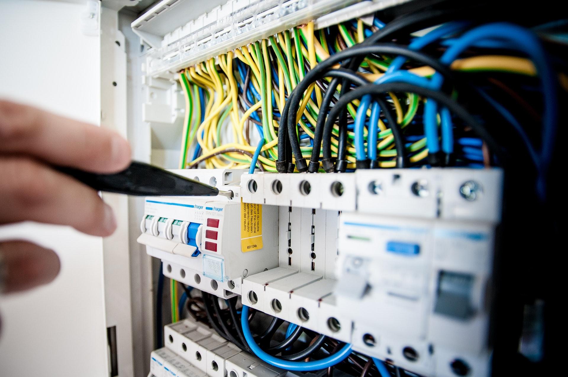 ochrona przeciwporażeniowa, wyłącznik różnicowoprądowy, RCD, elektrycznosć, prąd, napięcie