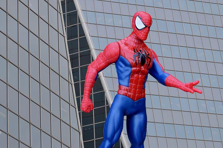 Jak spiderman wspina się mając na sobie kostium