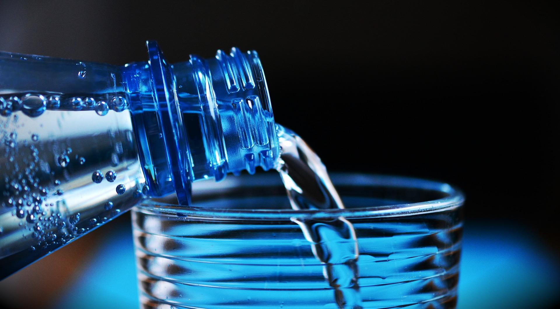 Woda, właściwości substancji, butelka z cieczą